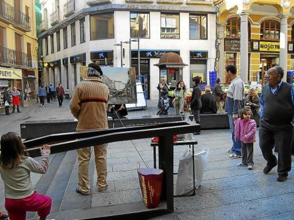 La presencia de los pintores animó la mañana sabatina en la plaza del Mercado de Barbastro.