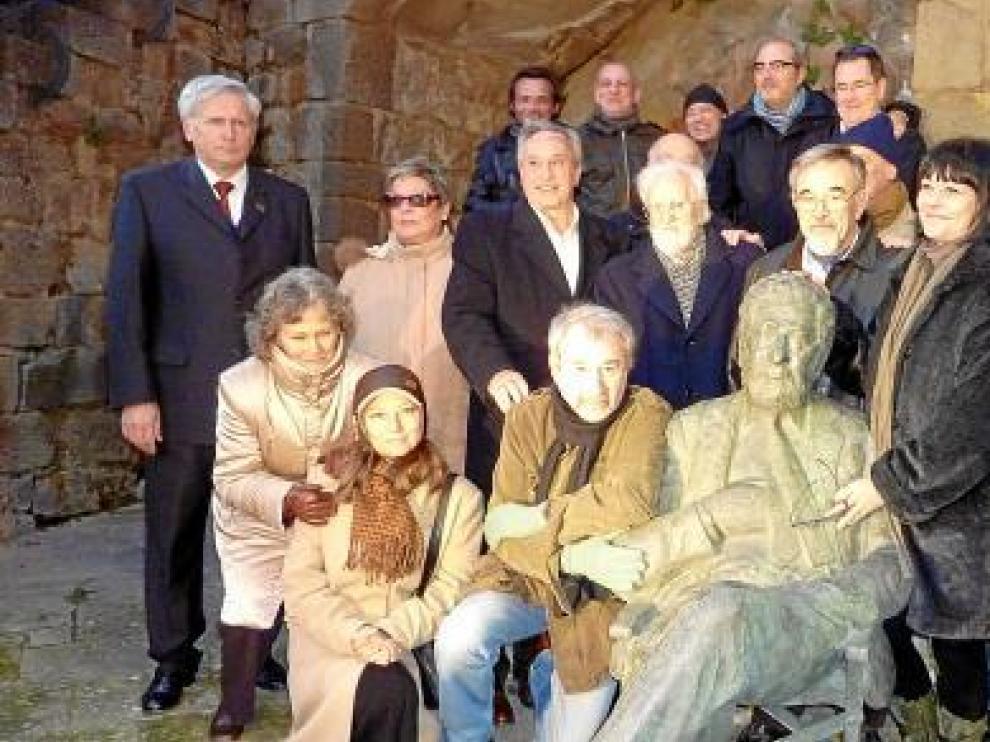 El equipo de 'La vaquilla', junto a la escultura de Berlanga en Sos, en la conmemoración del año pasado.