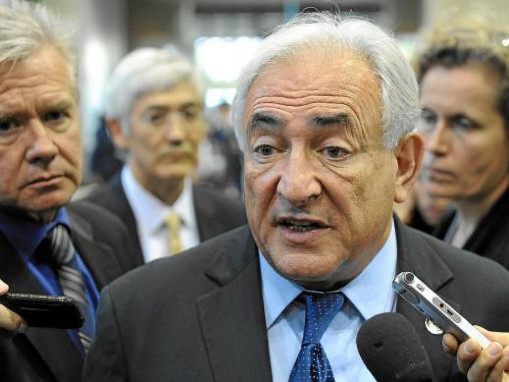 El director del Fondo Monetario Internacional, Dominique Strauss-Kahn, con la prensa en Japón.