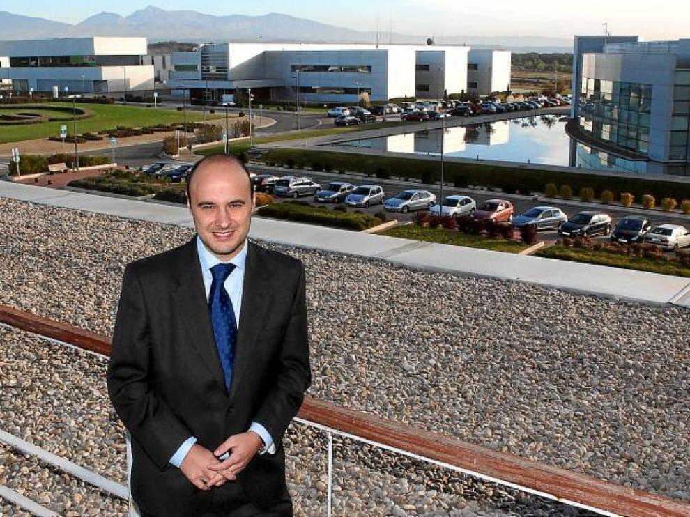 José Luis Latorre en la terraza de la sede principal, desde donde se pueden ver algunos de los 13 edificios del parque.