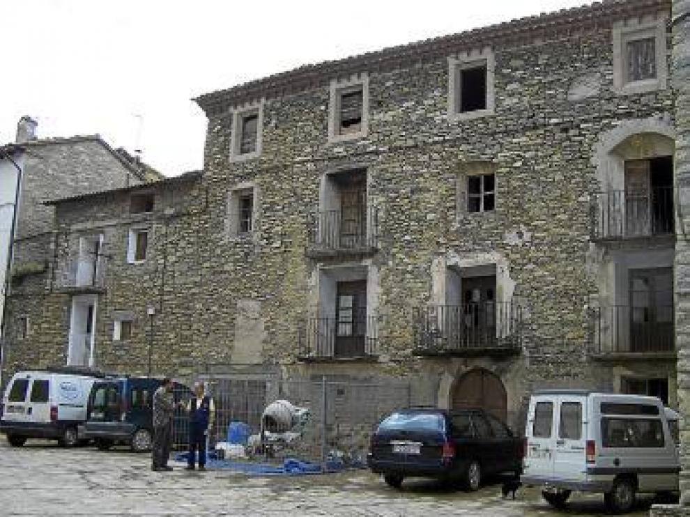 Fachada de Cal Potecari, antiguo palacete en Puente de Montañana