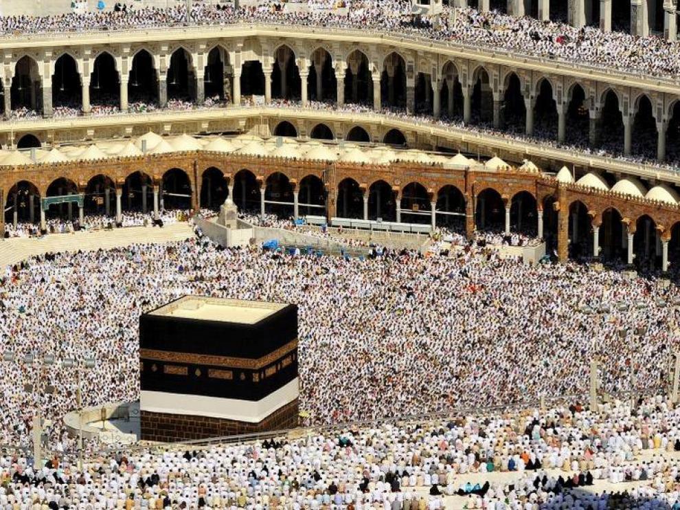 Miles de musulmanes atienden las oraciones en la explanada conocida como 'Noble Santuario' en La Meca.