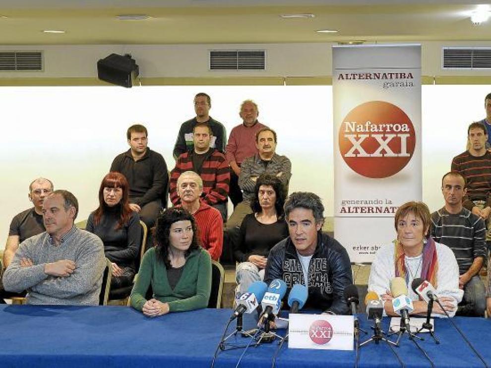 Moreno (2 d), Kiroga (3) y Pueyo (3d), junto a otros miembros de la izquierda abertzale, ayer en Pamplona.
