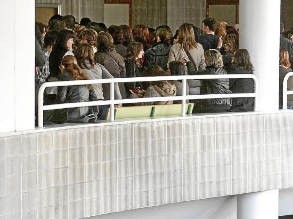 Los opositores, a las puertas de varias aulas de la Facultad de Derecho de Zaragoza.
