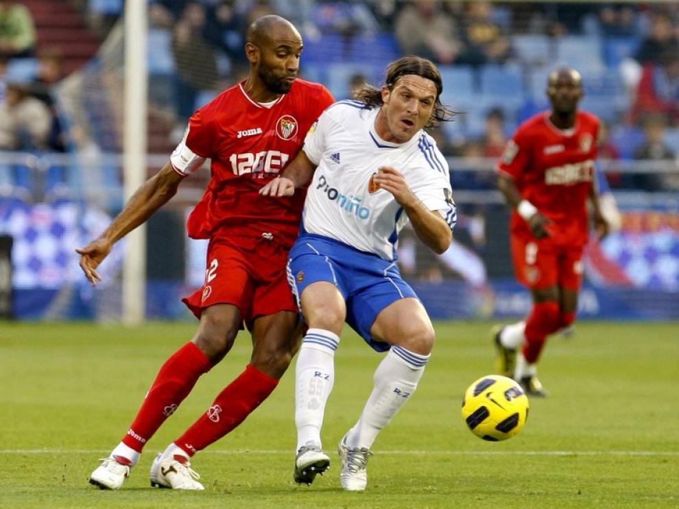 Lanzaro y Kanouté se miden por un balón en el partido de la pasada temporada