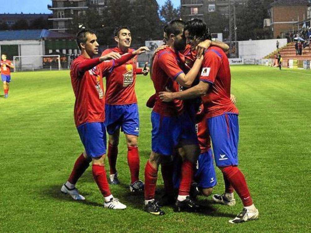 Los futbolistas del Teruel celebran un gol en Pinilla, durante el partido ante el Denia.