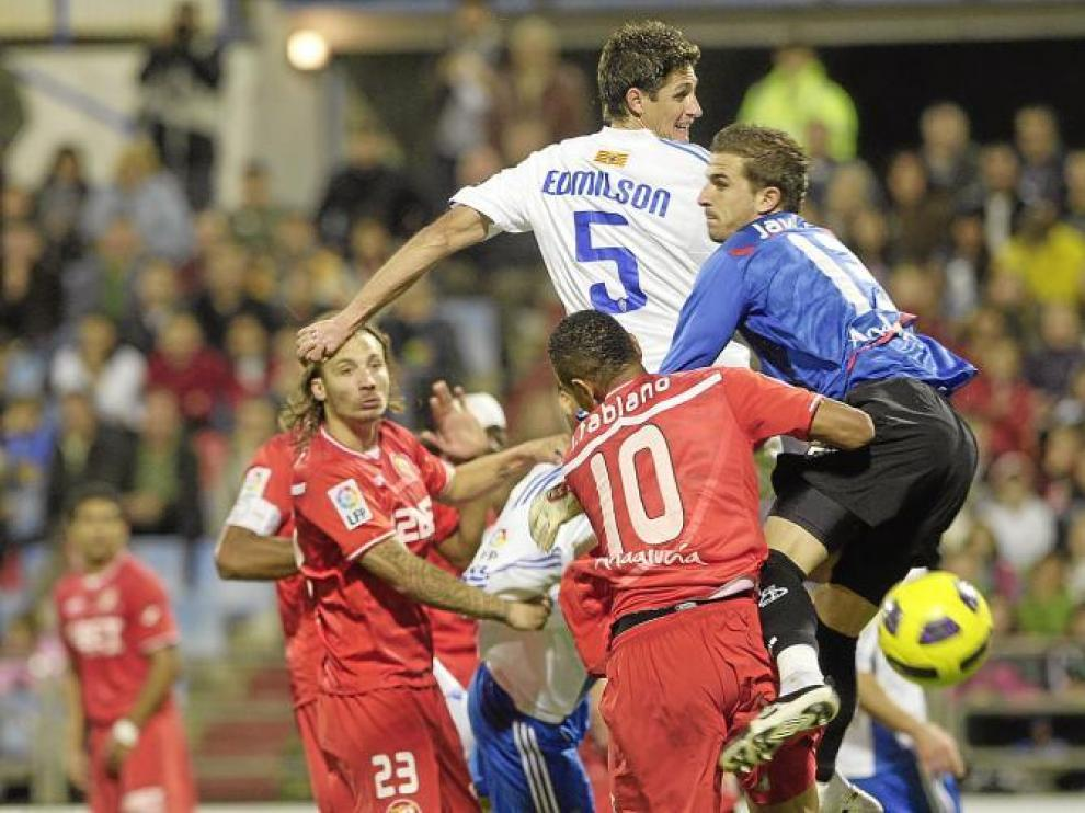 Edmilson se levanta por encima de la defensa del Sevilla, pero no logra rematar a puerta.