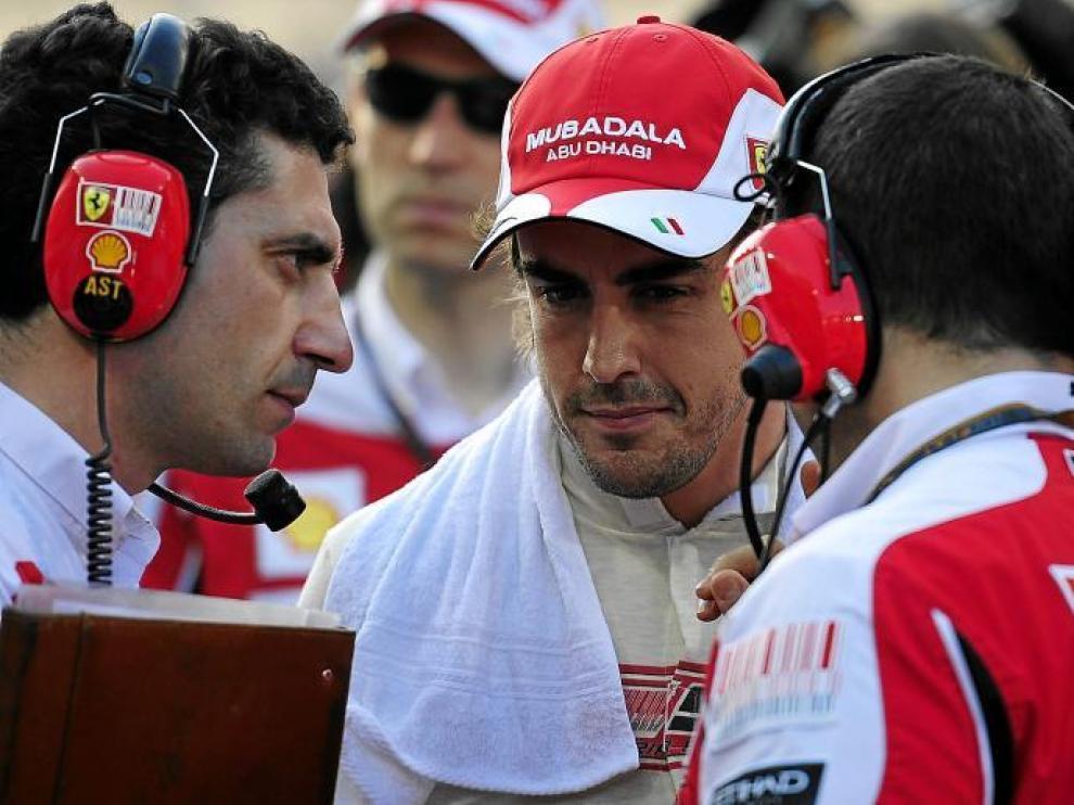 El piloto español Fernando Alonso dialoga con los ingenieros de Ferrari durante el Gran Premio de Abu Dabi.