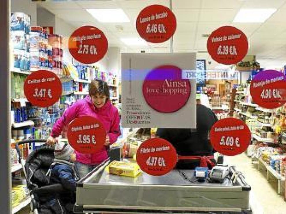 Las tiendas anuncian en sus escaparates las ofertas de la campaña.