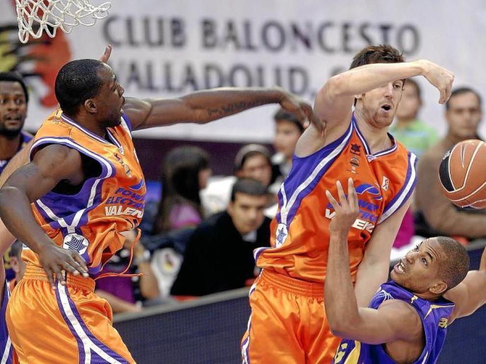 Pietrus y Claver se elevan en busca de un balón en el encuentro del pasado domingo en Valladolid.