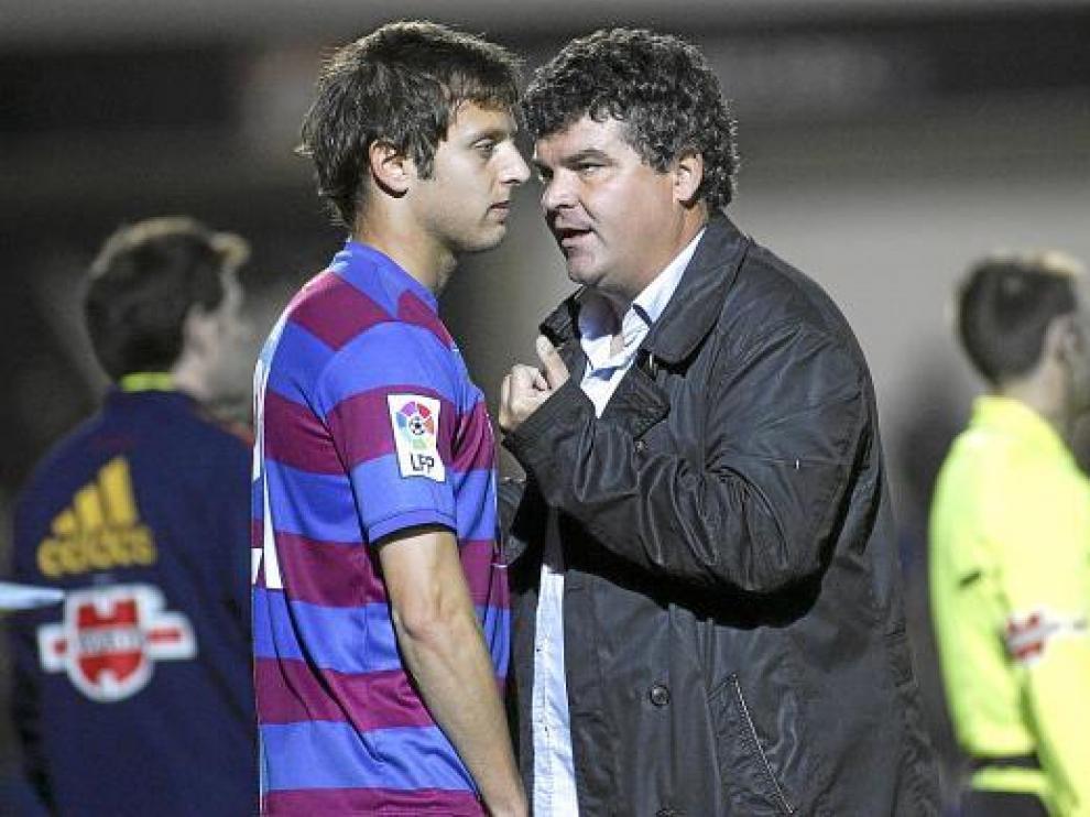 Óscar Vega recibe instrucciones de Onésimo antes de saltar el campo el pasado sábado.