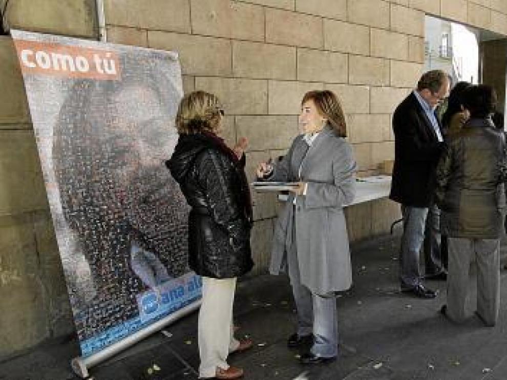 Ana Alós hablaba con una ciudadana ayer en los Porches de Galicia.