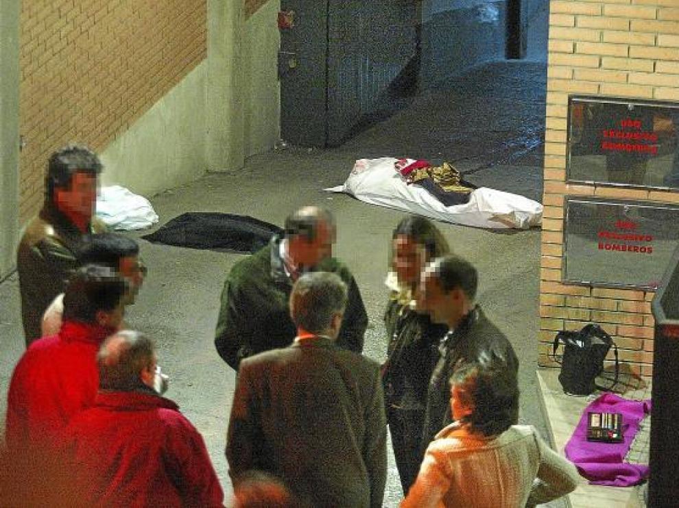 La víctima falleció a la entrada del garaje donde guardaban el coche, en la calle de Cervantes.
