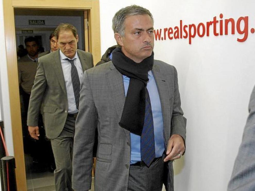 Mourinho atraviesa las 'entrañas' de El Molinón.