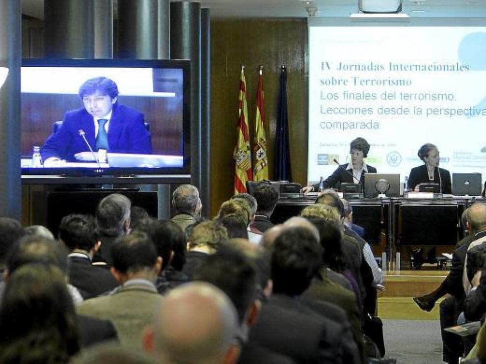 El profesor Alonso, durante su ponencia de ayer en la sala Goya del palacio de la Aljafería.