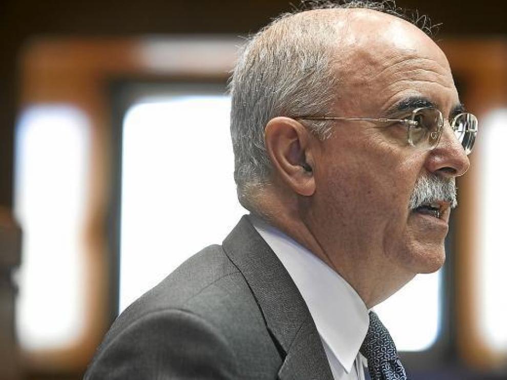 El consejero de Economía, Alberto Larraz, ayer, durante su intervención en las Cortes.
