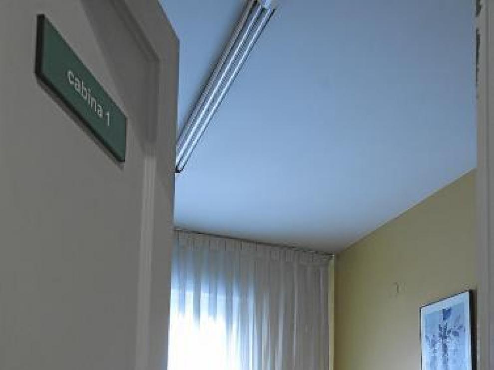 Una voluntaria ayer, en la sede zaragozana.