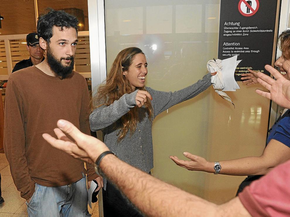 Los activistas Silvia García y Javier Sopeña, a su llegada ayer al aeropuerto de Gran Canaria