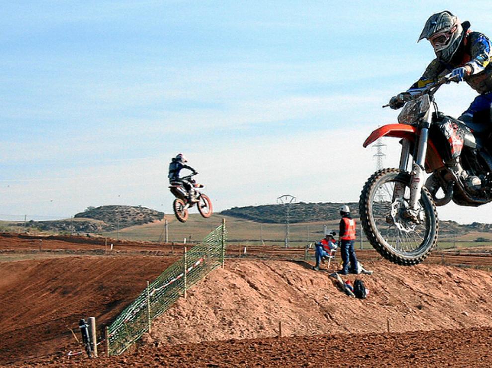 Los pilotos de motocross deleitaron al público de saltos espectaculares y carreras trepidantes
