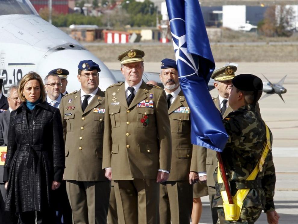 El rey contempla el desfile, hoy en la base de Torrejón de Ardoz