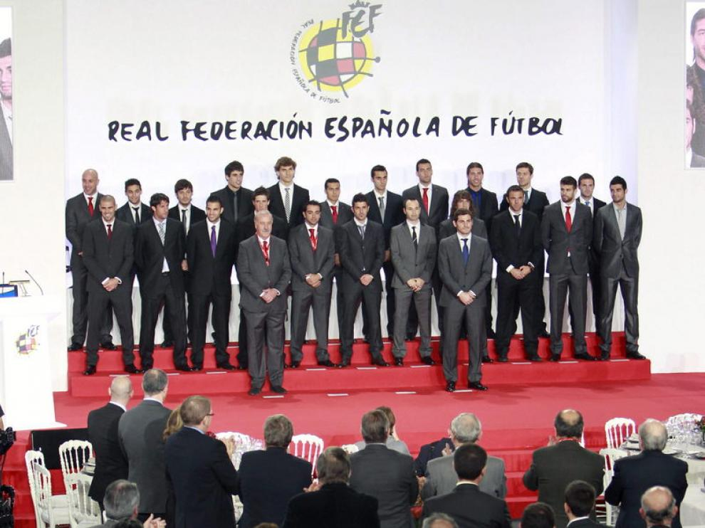 Jugadores de otras épocas que han pertenecido a la selección aplauden a la campeona del mundo