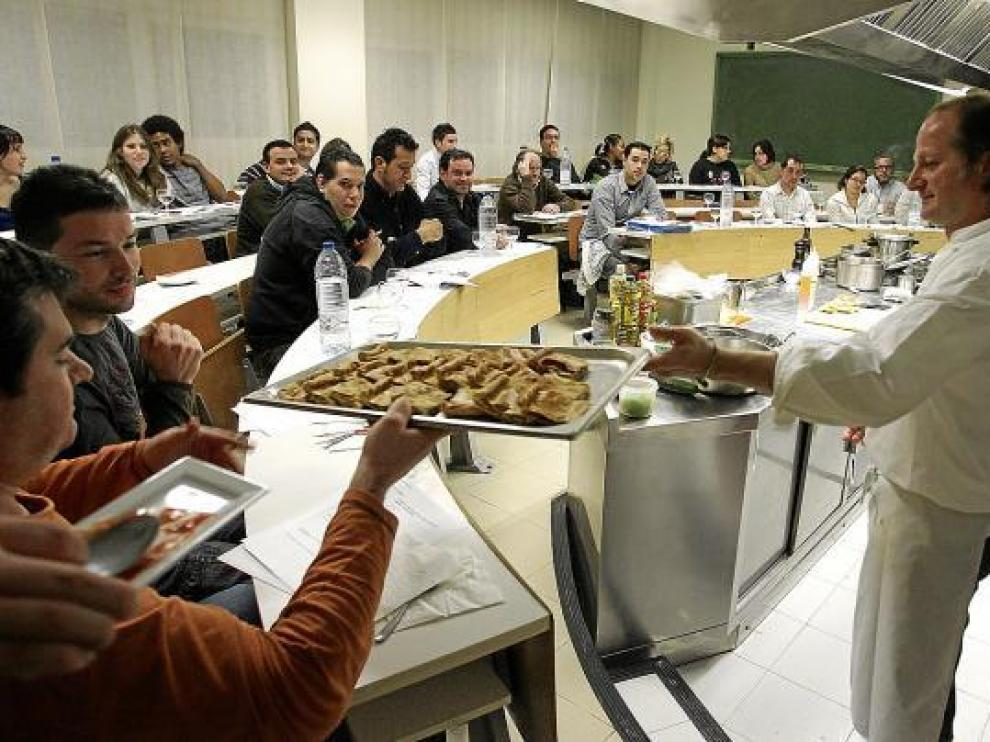 Xosé Cannas explica a los asistentes al curso cómo elaborar la empanada de sardinillas.