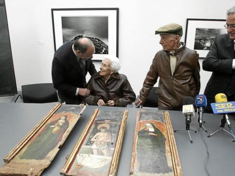 José Beulas y María Sarrate, en el centro, y el director general de patrimonio, con una de las piezas.