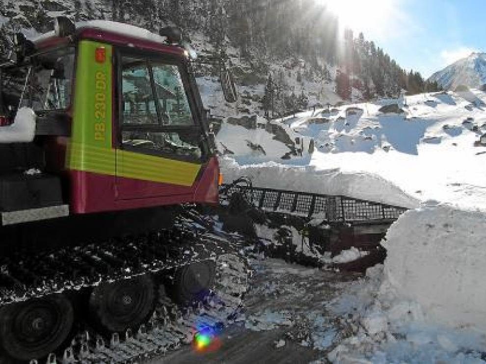 Una máquina trabajando en la estación de esquí nórdico Llanos del Hospital.