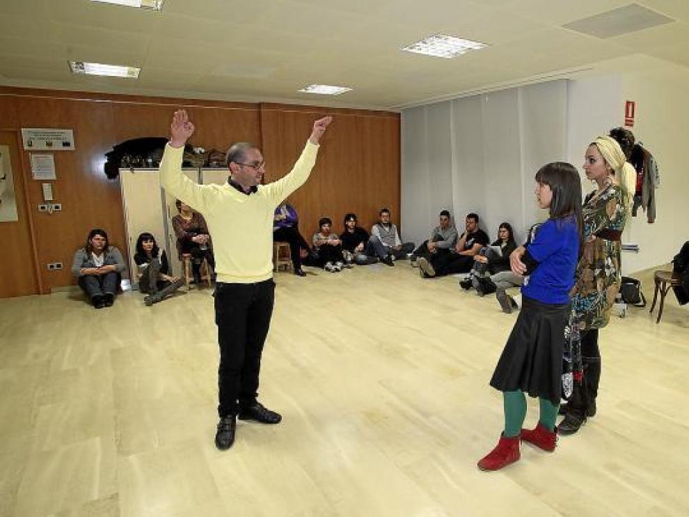 Un grupo de actores aficionados asisten a las clases de interpretación.