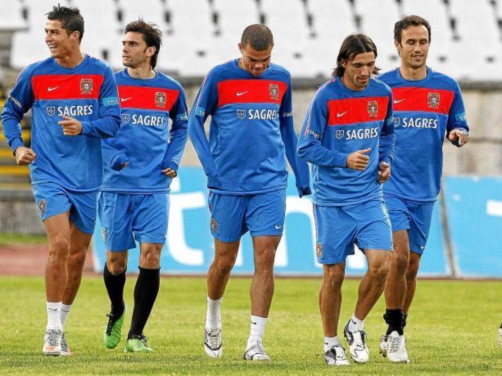 Los portugueses durante el entrenamiento de ayer.