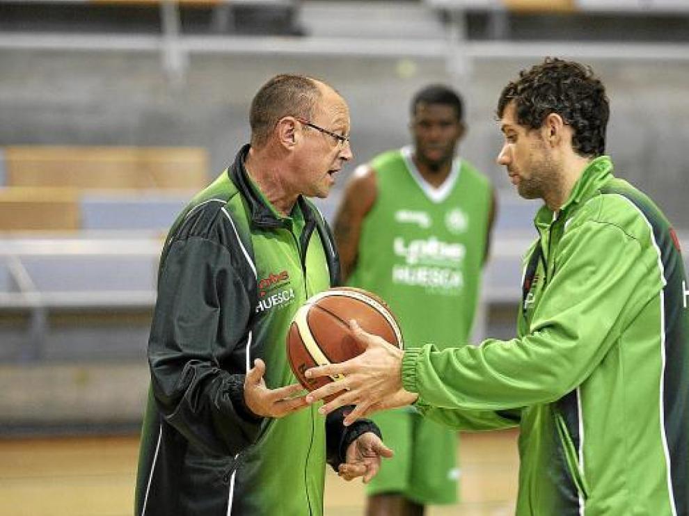 Navarro con Chus Aranda y Johnson, en un segundo plano, durante un entrenamiento del Lobe.