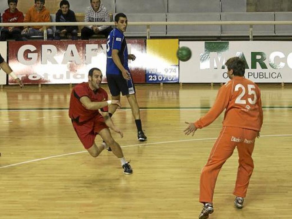 Esteban finaliza una jugada contra el Teucro en el Palacio de los Deportes.