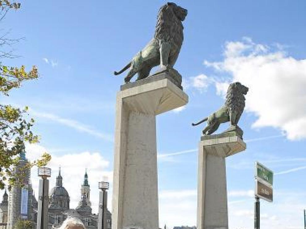 Isabel y José Luis, como los leones: custodios del puente.