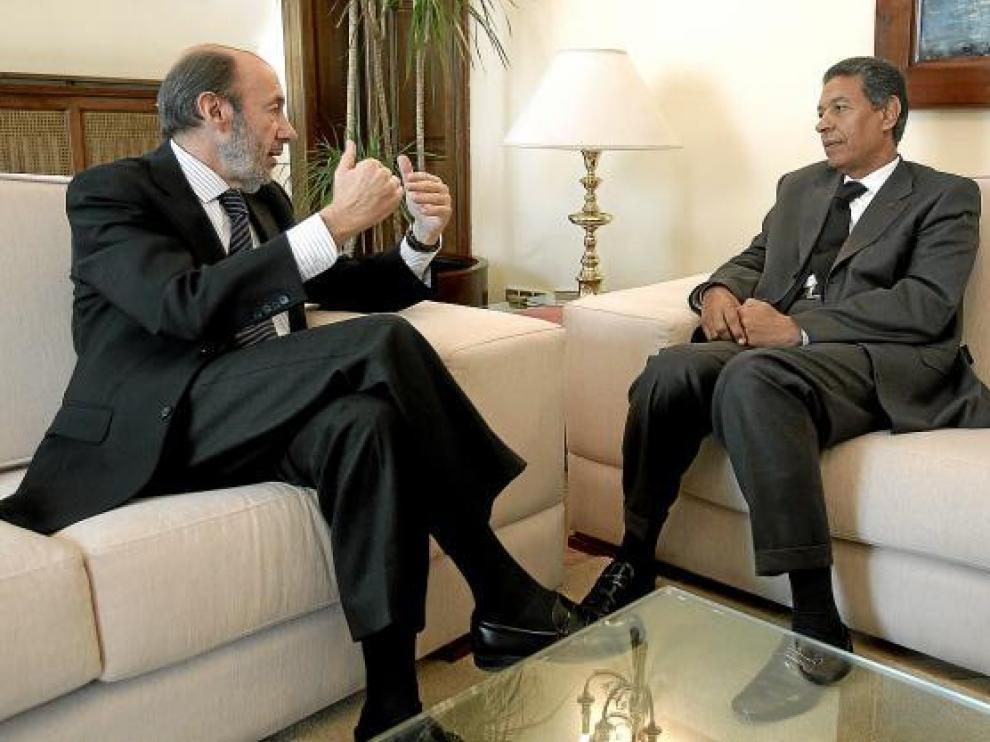 Pérez Rubalcaba, con el titular de Interior marroquí, Taib Cherkaui, ayer en Madrid.