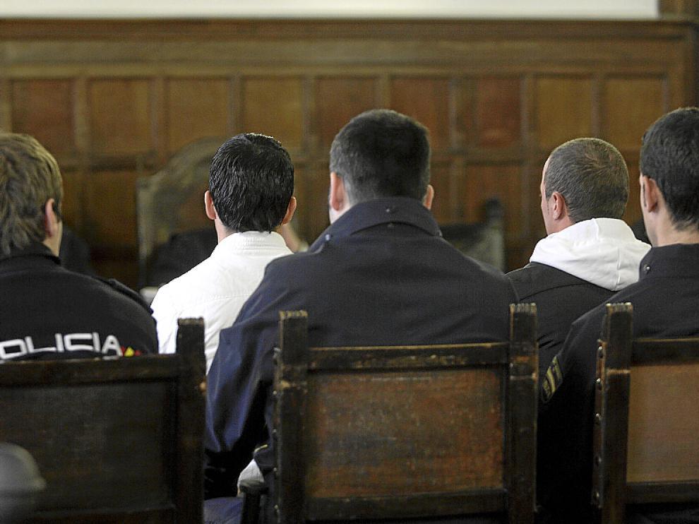 Los dos acusados, con camisa y capucha blanca, durante el juicio.