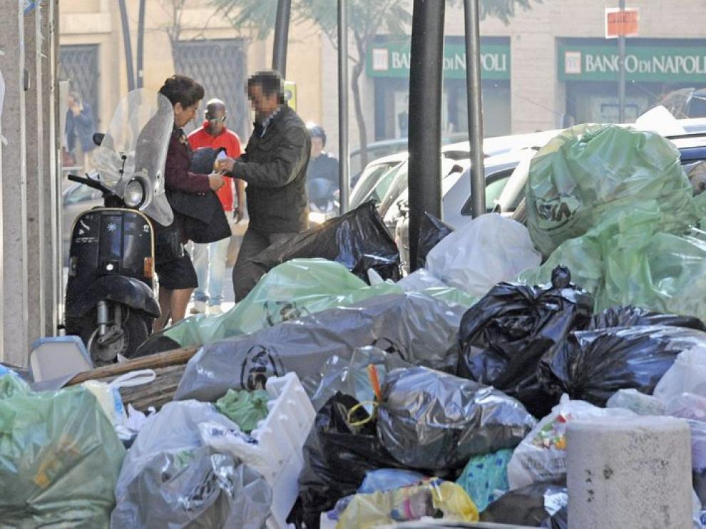 Rosa Russo Iervolino, alcaldesa de Nápoles, contempla diariamente montañas de basura al salir de su domicilio