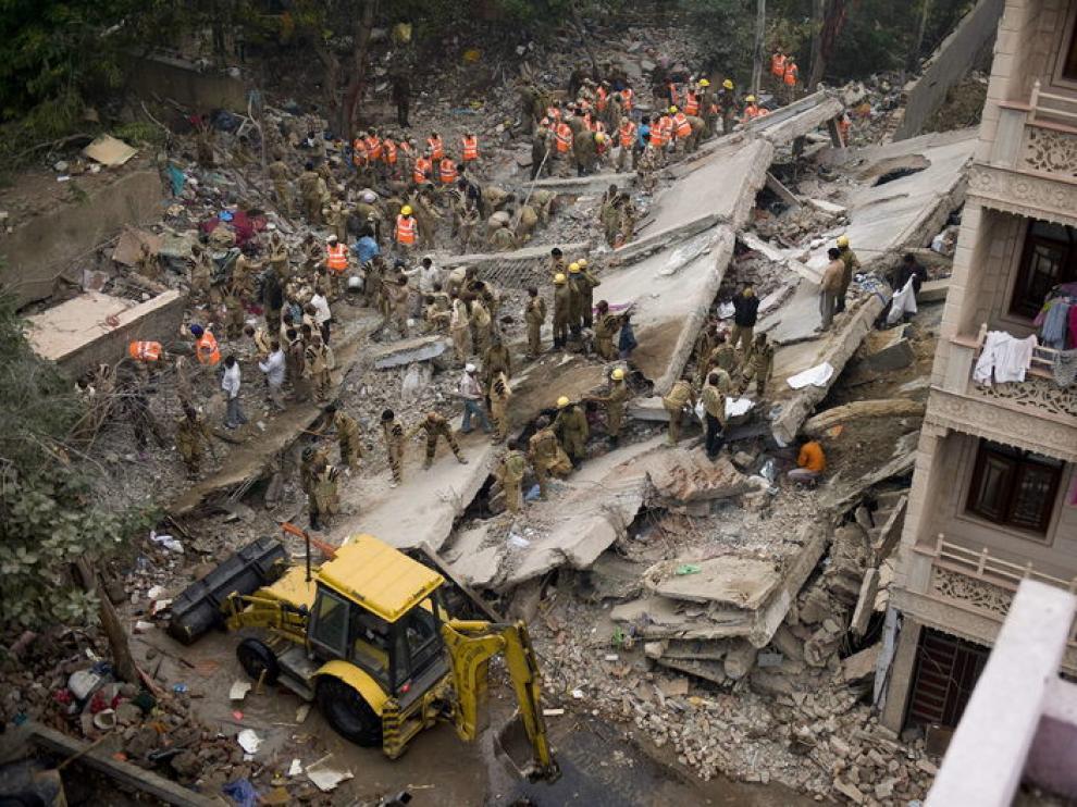 Decenas de personas buscan supervivientes bajo los escombros
