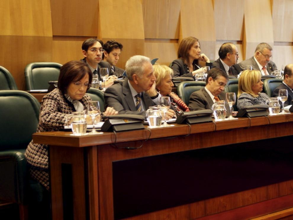 Dolores Serrat, tercera por la derecha, escucha el discurso del alcalde esta mañana