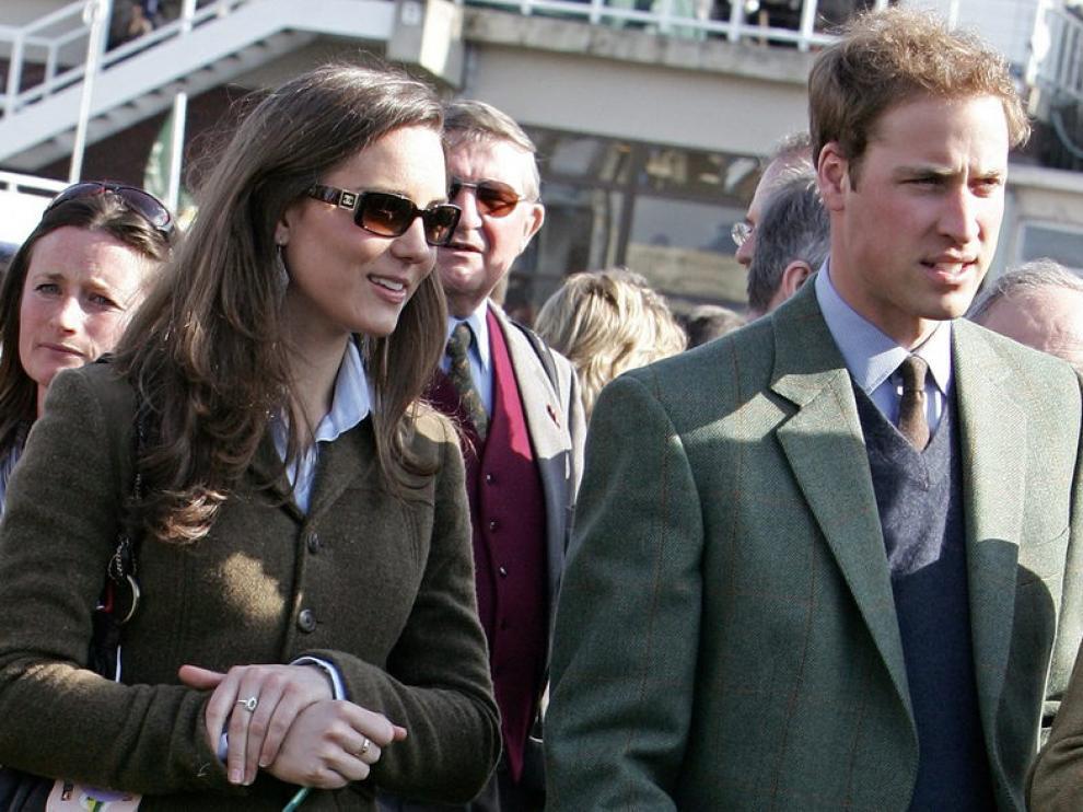 El prínipe Guillermo con su novia, Kate Middleton, en una imagen de archivo.