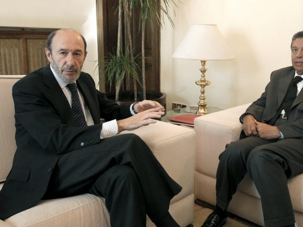 A la izquierda, el ministro del Interior español y a la derecha Taib Cherkaui
