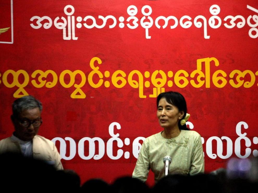 Aung San Suu Kyi habla en la sede de su partido