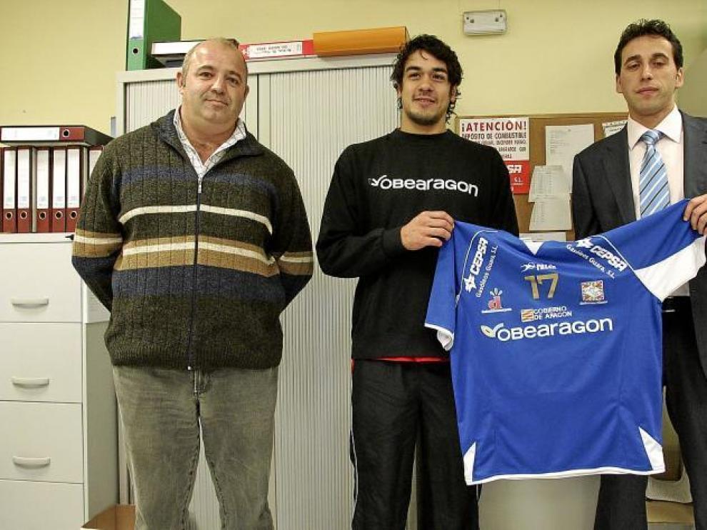 Salinas, 'escoltado' por dos representantes de la firma Gasóleos Guara que patrocina esta temporada al jugador chileno.