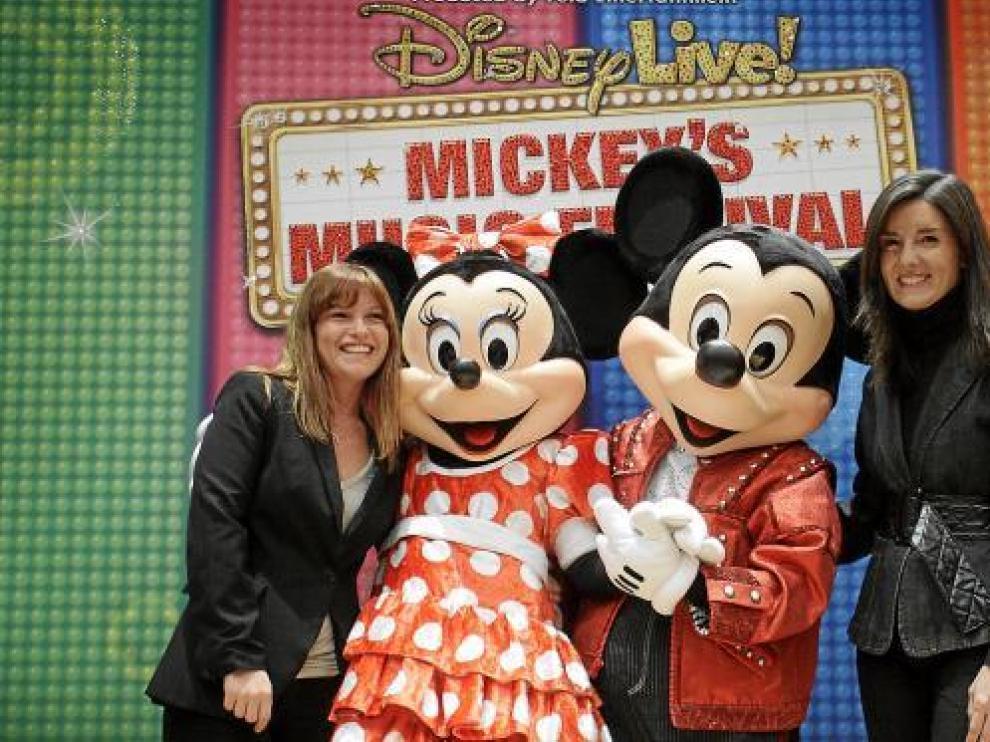 Liliana Rossi (i), de Proactiv, y María Campo (d), de la CAI, junto a Minnie y Mickey.