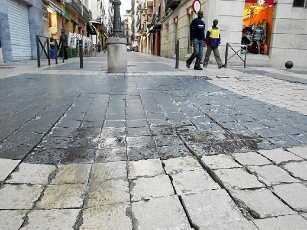 El paso de vehículos pesados ha deteriorado el pavimento en la calle de Padre Huesca.