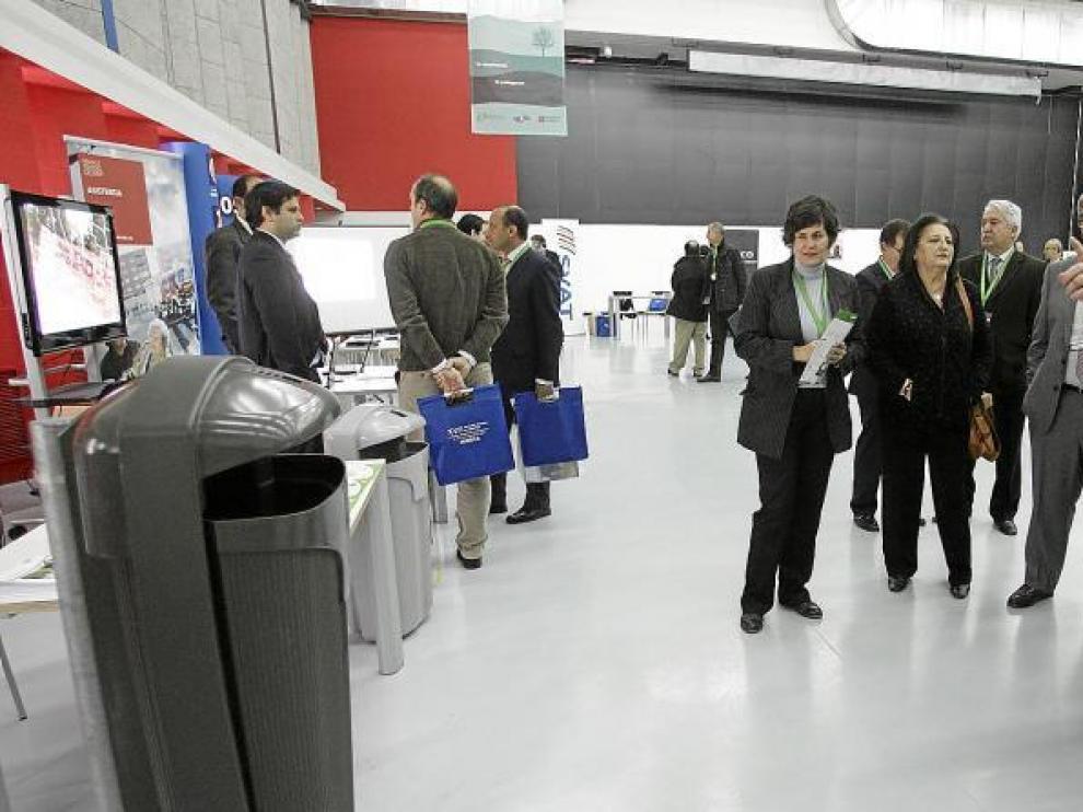 Responsables institucionales y de las empresas recorren los stand instalados en el Palacio de congresos con motivo de las jornadas.