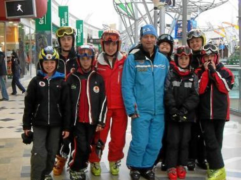 Los esquiadores con el entrenador, el centro comercial.