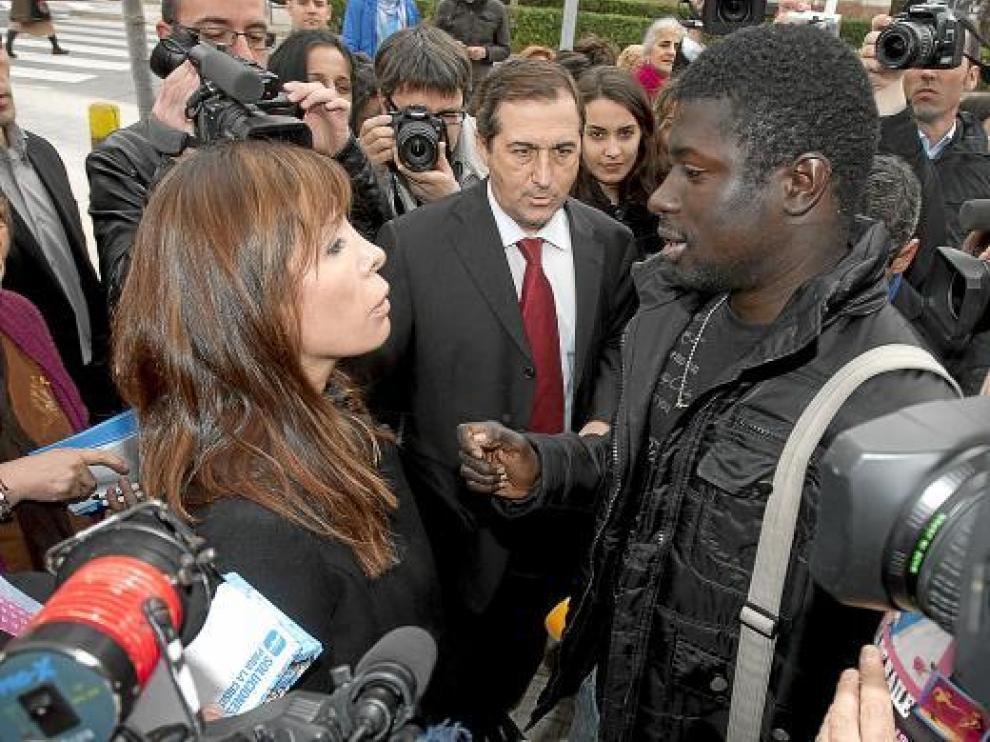 Alicia Sánchez-Camacho, hablando ayer con un senegalés en paro que la abordó en Viladecans.