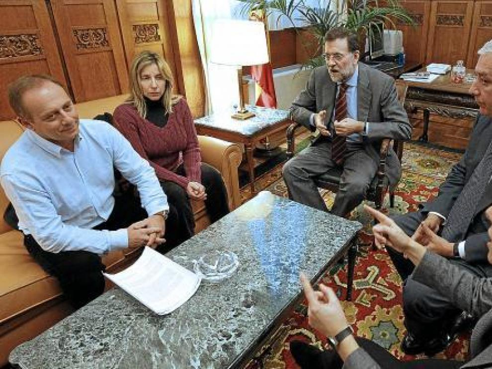 Los padres de Marta del Castillo, ayer en el Congreso con Rajoy, Sáenz de Santamaría y Arenas