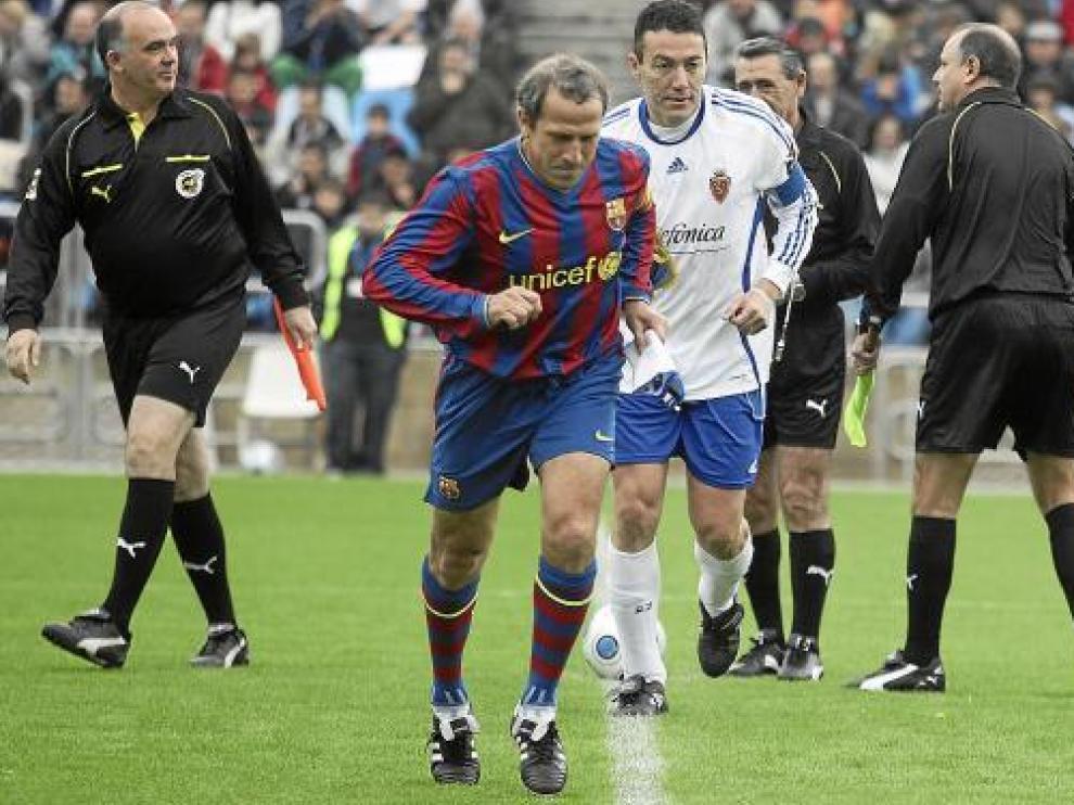 Víctor Muñoz y Xavi Aguado, como capitanes del Barça y del Zaragoza de veteranos.