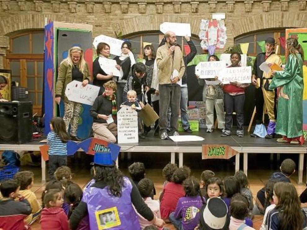 Padres, educadores de Gusantina y niños portaron ayer una serie de pancartas reivindicativas.